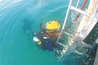 """8月11日,在伊朗基什岛举行的""""国际军事比赛-2019""""""""深海""""潜水员比赛进入最后阶段。当天,中国参赛队以2分23秒的成绩夺得""""天平""""项目第一名。今年,我军首次派队参加""""深海""""潜水员比赛。图为我军参赛队员下潜。"""