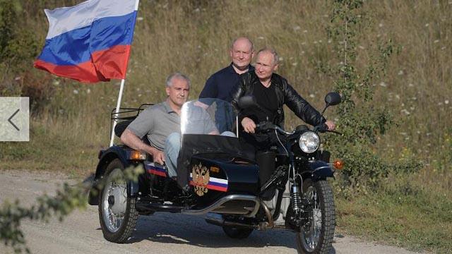 """本地工夫8月10日 , 俄罗斯总统正在渴攀里米亚半道阅塞瓦我托波我市参与""""夜狼""""摩托车俱乐部举行的""""巴比伦暗影""""国际骑止举动 。 他亲驾一辆典范的俄国产""""黑推我""""摩托车 , 托斗战后座上别离坐着渴攀里米亚共战国指导人开我盖-阿克肖诺妇战塞瓦斯托波我代办署理州少米哈伊我-推兹沃扎耶妇 。"""