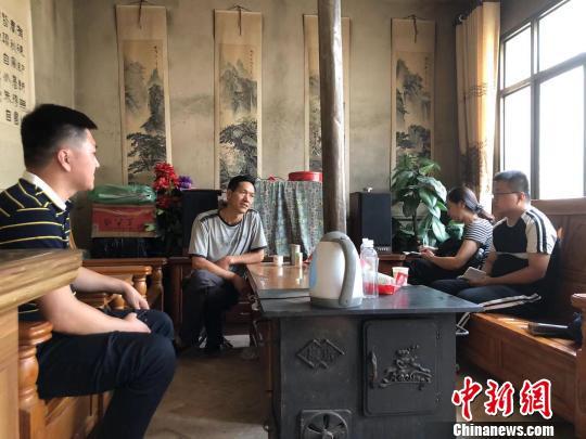 北宏斌正在新房里承受媒体采访 。  廖玲 摄