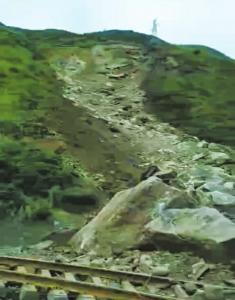 14日岩体崩塌现场。