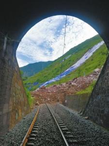 隧道口的铁路被掩埋。