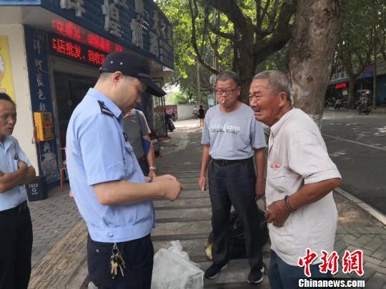 """82岁残徐白叟卖菜上当温心平易近警""""换""""下百元假钞"""