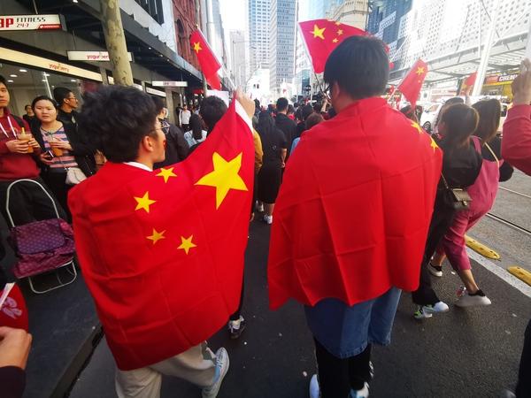 披着五星红旗参与游行 图自现场网友