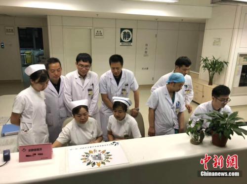 王维斌与同事在医院跨夜值守 王维斌供图