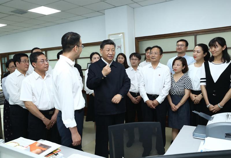 8月19日至22日,中共中央总书记、国家主席、中央军委主席习近平在甘肃考察。这是21日下午,习近平在《读者》编辑部同工作人员交流,勉励他们为人民提供更多优秀精神食粮。