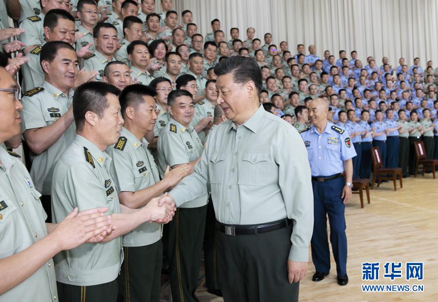 8月22日,中共中央总书记、国家主席、中央军委主席习近平到空军某基地视察。这是习近平亲切接见驻甘肃部队副师职以上领导干部和团级单位主官。 新华社记者李刚摄