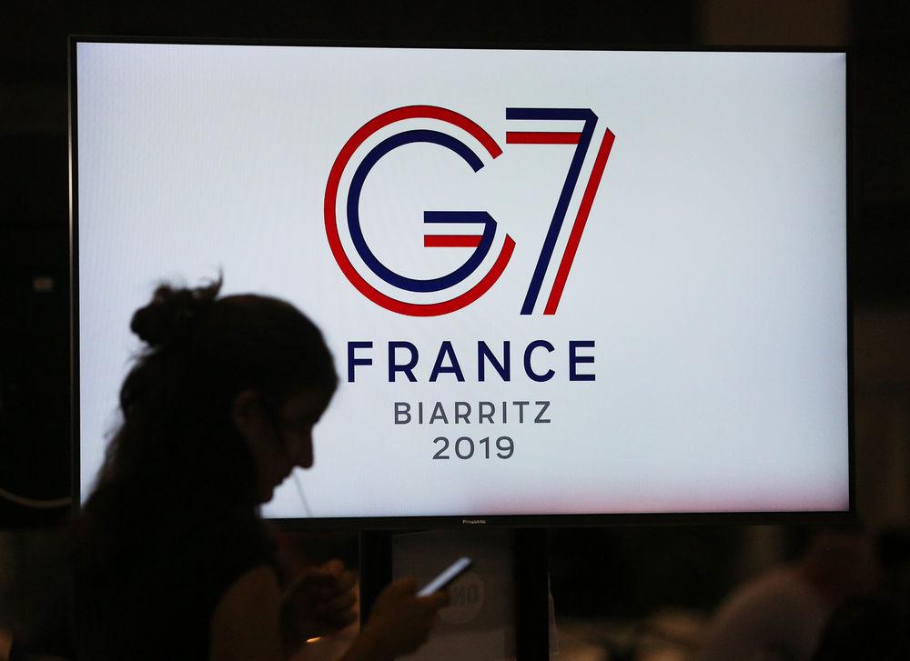 8月25日,在法国比亚里茨,记者在七国集团峰会新闻中心工作。新华社记者高静摄