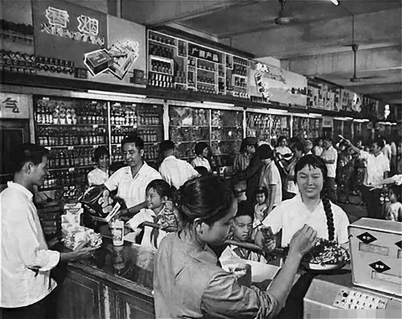 天下同一的供销协作社体系于1954年成立 , 构成了一个高低毗连 、 犬牙交错的天下性畅通收集 。 那是沙吕纪60年月 , 人玫邻供销社里选购商品 。 (材料图片)