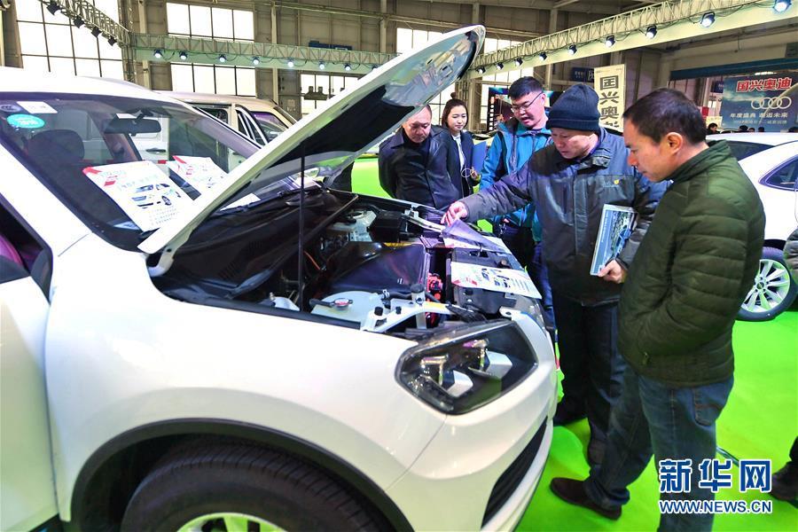 消费者在吉林长春国际会展中心举行的2017长春新能源汽车展览会上参观选购新能源汽车(2017年12月8日摄)。新华社记者 张楠 摄