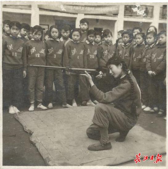 1956年汉口洪益巷小学射击练习示范