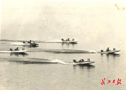 1957年7月28日,武汉市首届摩托车场地障碍赛举行,赛后队员们和教练员合影