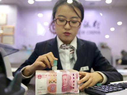 资料图:银行工作人员清点货币  中新社记者 张云 摄