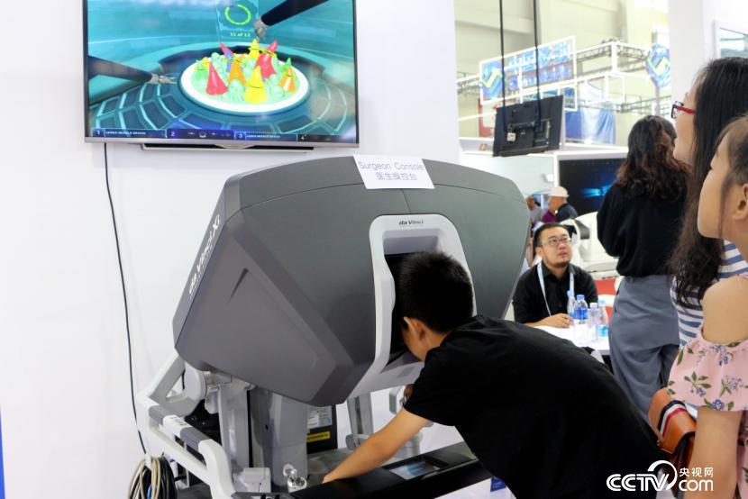"""博览会上的""""达芬奇手术机器人"""""""