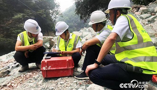 白芝勇(左二)现场指导青年技术人员 央视网记者 弟辰晨/摄