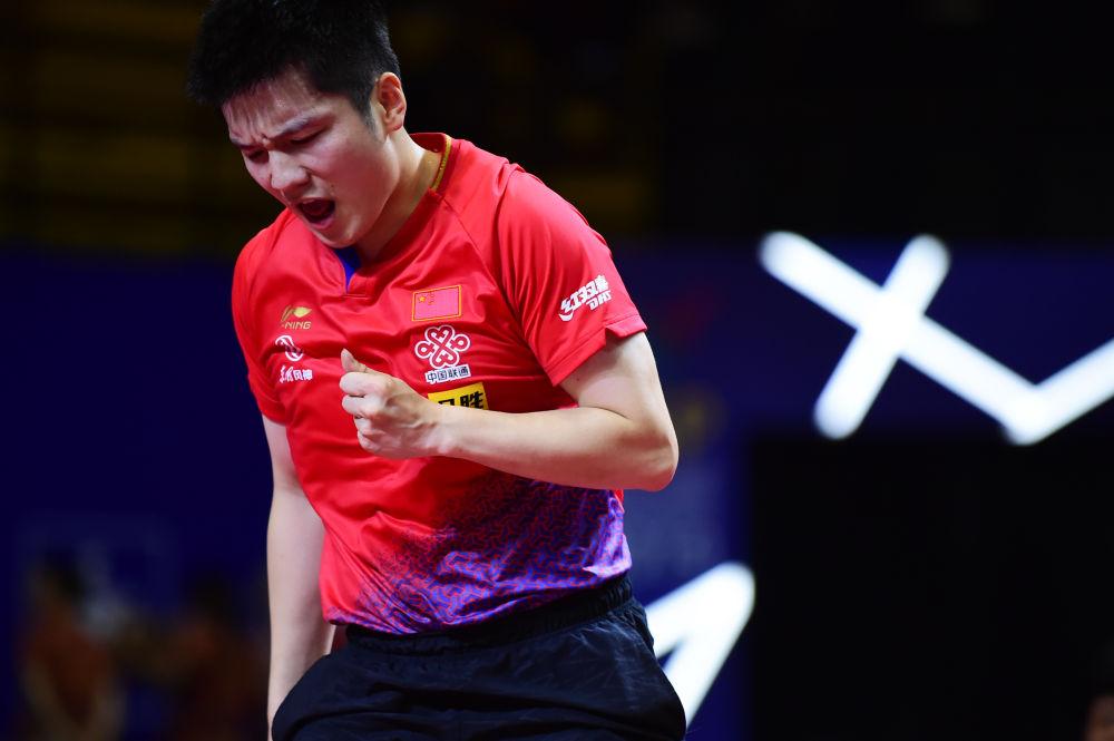 9月18日,中国队选手樊振东在比赛中庆祝,他以3比0战胜韩国队选手郑荣植。当日,在印度尼西亚日惹举行的2019亚洲乒乓球锦标赛男子团体决赛中,中国队以3比0战胜韩国队,夺得冠军。(新华社记者杜宇摄)