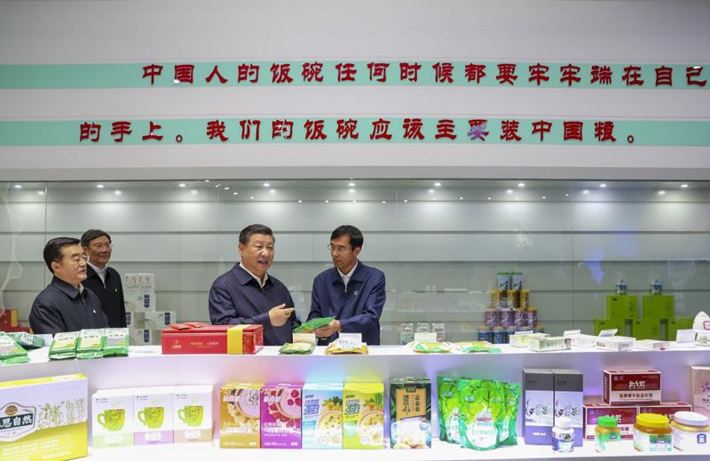 2018年9月25日下午,习近平在黑龙江北大荒精准农业农机中心一楼大厅,察看当地出产的各类农产品。新华社记者 谢环驰 摄
