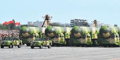 图为东风-41核导弹方队。