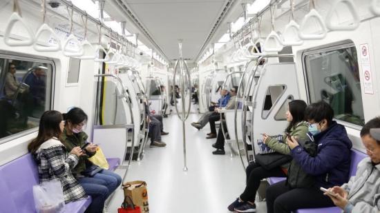 资料图:历经一个月的试营运后,台湾桃园机场捷运正式营运。图为从台北车站搭普通车的乘客。