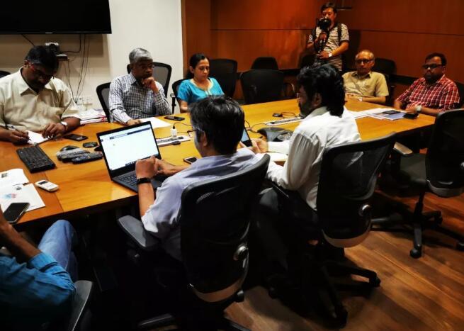 《印度教徒报》各个版面负责人于晚间召开碰头会,商量确定内容和版面设计。新华社记者赵博摄