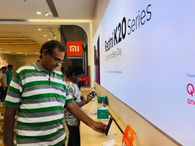 金奈当地最大的商场里,一位父亲正在给孩子挑选中国品牌的电子产品。小米、vivo、OPPO等中国手机品牌已占据印度智能手机市场半壁江山。新华社记者史霄萌摄