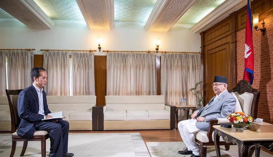 10月11日,尼泊尔总理奥利(右)在位于首都加德满都的总理官邸接受新华社等中国媒体联合采访