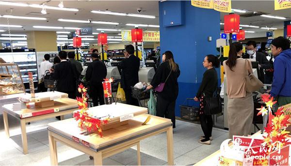 12日晚,日本千叶县某超市内,当地民众为应对19号大型台风登陆正在大量采购物资。货架上大部分商品被一扫而空。
