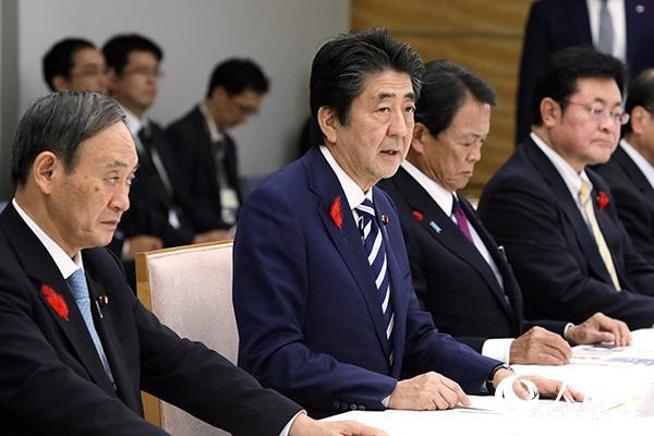 13日,日本总理安倍晋三在首相官邸召开紧急灾害对策总部会议。(图片来源:日本首相官邸网站)