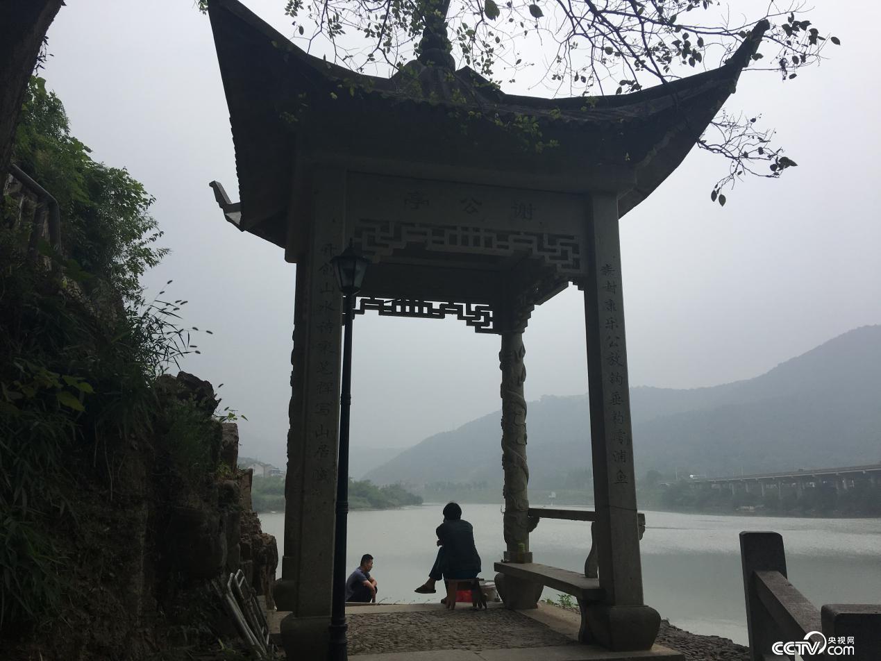 村民在谢公亭下垂钓。(摄/徐辉)