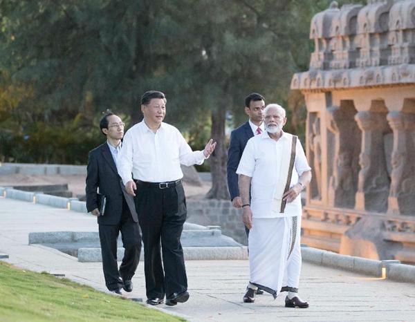 10月11日,国家主席习近平在金奈会见印度总理莫迪。这是习近平在莫迪陪同下参观马哈巴利普拉姆古寺庙群。新华社记者王晔摄