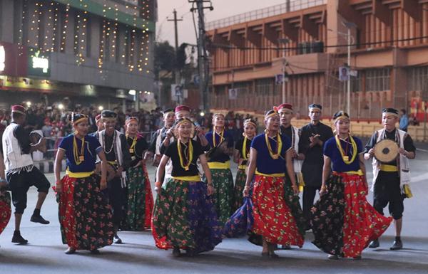 10月12日,尼泊尔民众载歌载舞热烈欢迎中国国家主席习近平来访。新华社记者丁林摄