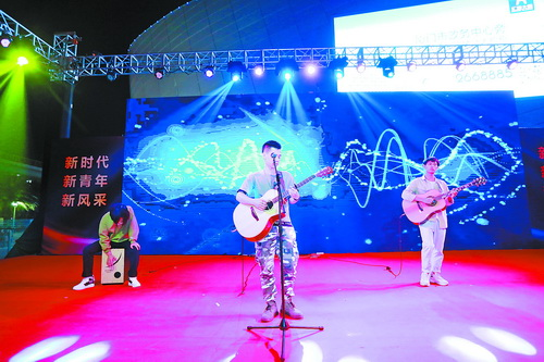 誠毅學院學子演唱原創歌曲《One》。