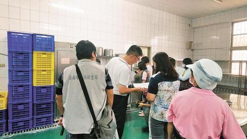 台南市卫生局派员将22日午餐样本及相关检体带回,以厘清发生原因。(图:台湾《中国时报》/台南市政府卫生局 提供)