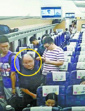 嫌疑人盗窃得手后快速离开。(监控截图/厦门铁路公安处提供)