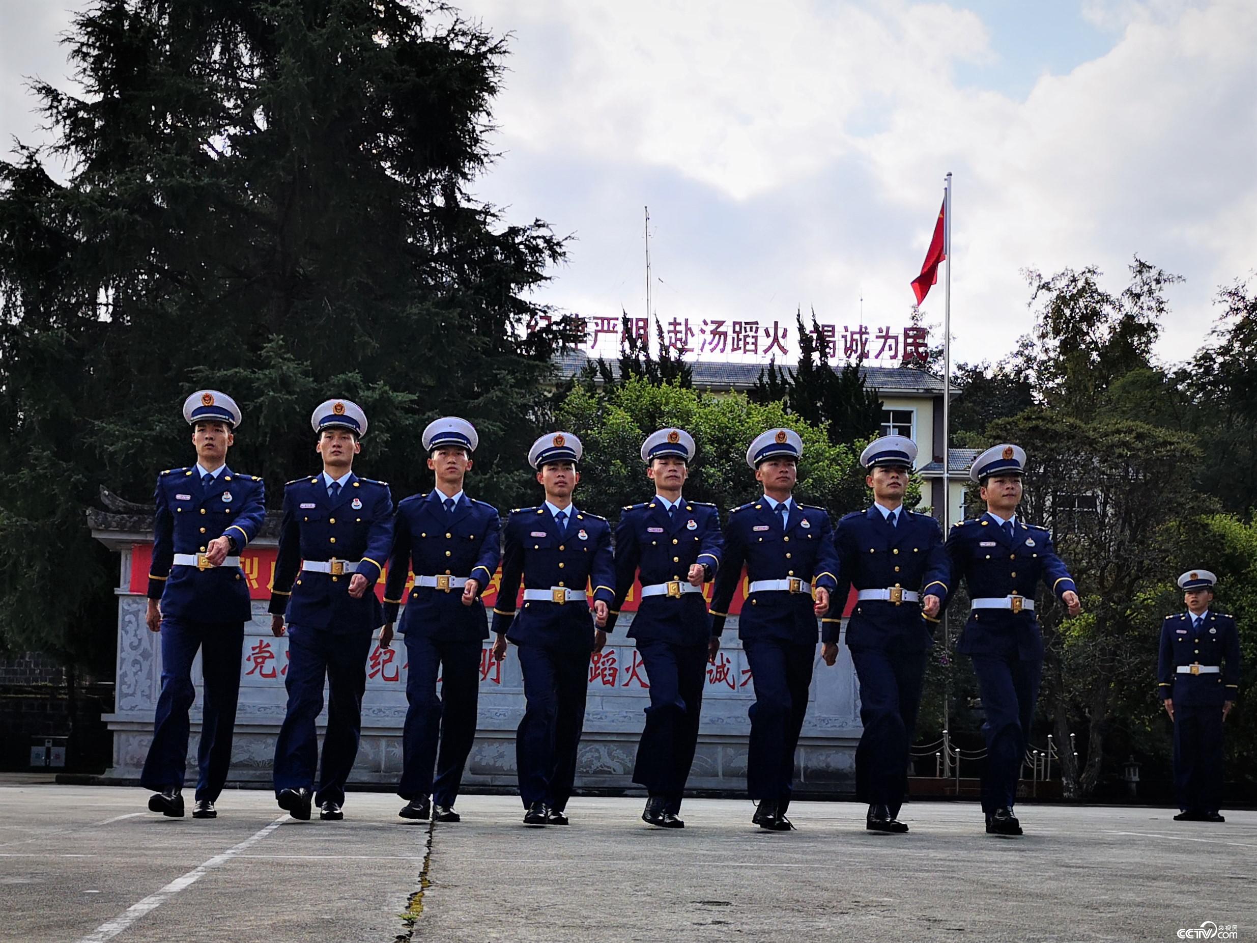 消防员进行队列训练。(何川/摄)