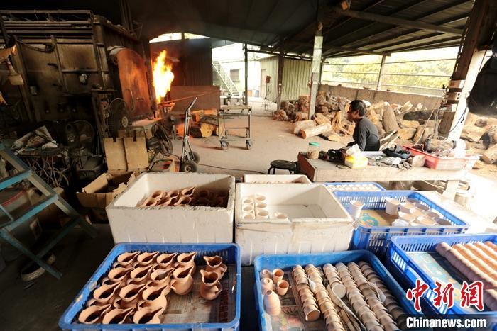图为窑厂一角。中新社记者 张远 摄