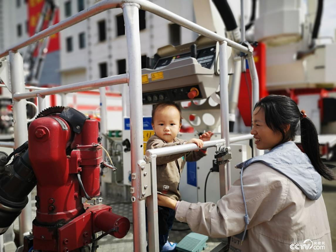 钟伟元救出的婴儿已经长大,母亲带孩子回来看望他。(何川 摄)