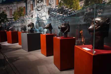 2019年11月13日,文化和旅游部、国家文物局在中国国家博物馆隆重举行圆明园马首铜像捐赠仪式。图为捐赠仪式后,马首铜像与其他六尊兽首铜像聚首《回归之路—新中国成立70周年流失文物回归成果展》。(孟利铮/摄)