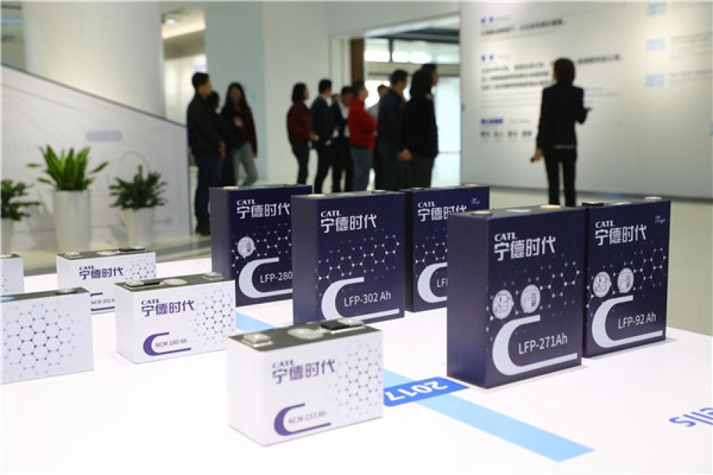 这是11月14日在福建宁德的宁德时代新能源科技股份有限公司拍摄的新能源汽车电池。新华社记者 龚兵 摄