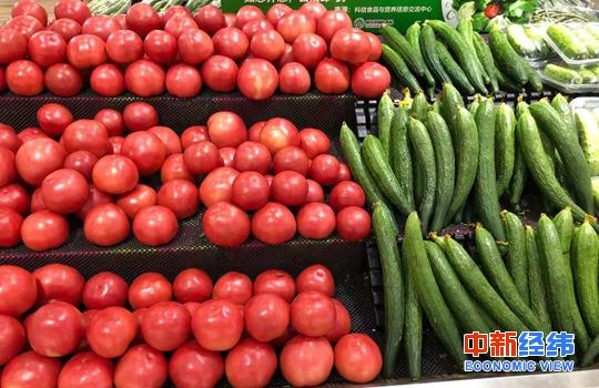 超市貨架上的西紅柿、黃瓜。中新經緯 張猛 攝