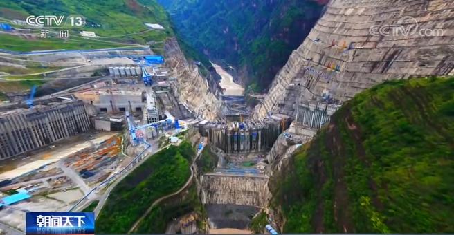 单机百万千瓦水轮发电机组转子成功吊装 起吊重量达2100吨