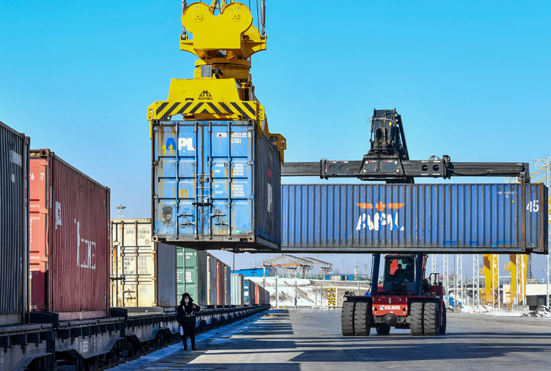 工人在中欧班列乌鲁木齐集结中心吊运货物(3月12日摄)。