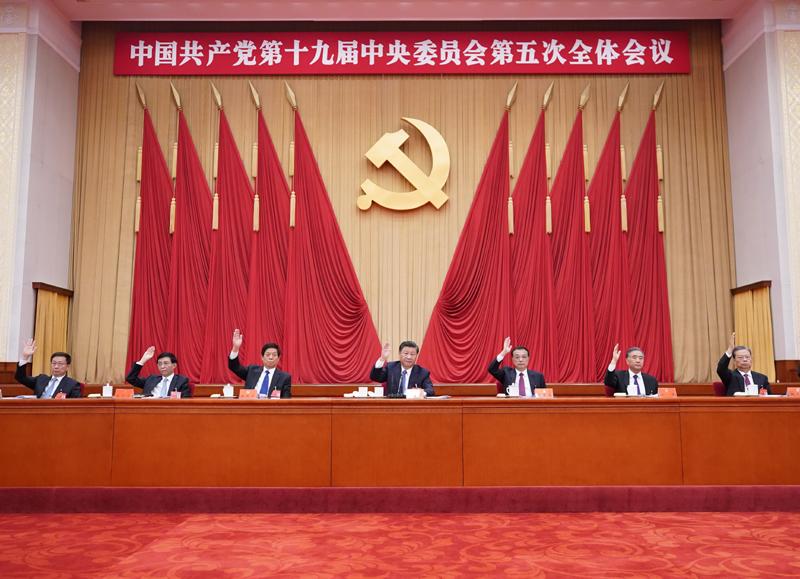 中国共产党第十九届中央委员会第五次全体会议,于2020年10月26日至29日在北京举行。这是习近平、李克强、栗战书、汪洋、王沪宁、赵乐际、韩正等在主席台上。新华社记者 王晔 摄