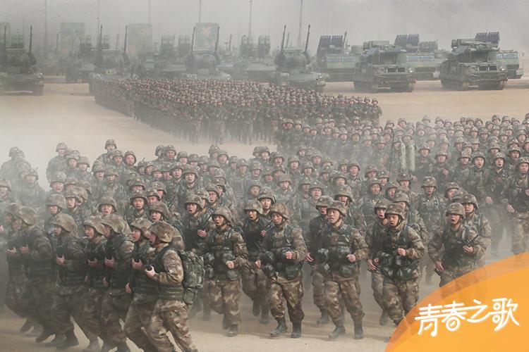 2018年1月3日上午,中央军委隆重举行2018年开训动员大会,主会场部队受领训令后展开训练。