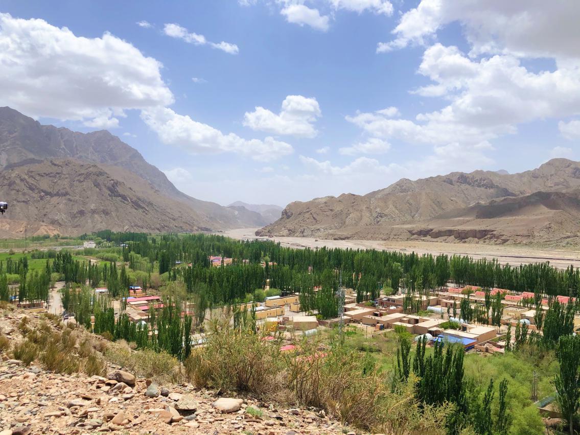 從山上俯瞰巴音庫魯提村。