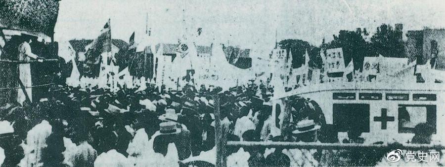1925年6月7日,中国共产党通过上海总工会联合上海学生联合会、上海各马路商界联合会等,成立了上海反帝运动的领导机关——工商学联合会。11日,在该会的主持下,上海20万群众集会,通过了逞凶、赔偿、取消领事裁判权等17项对外交涉条件。图为大会盛况。