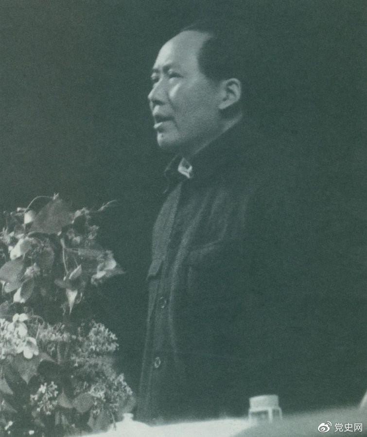 1945年6月11日,毛泽东在中国共产党第七次全国代表大会上致闭幕词。