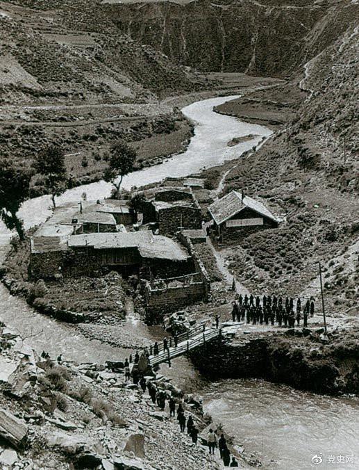 1935年6月12日,中央红军先头部队在夹金山北麓四川懋功达维镇同红四方面军先头部队胜利会师。图为当年的会师桥。