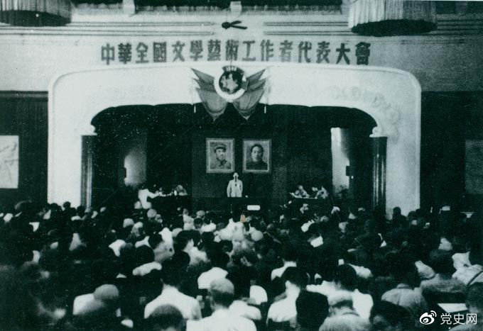 1949年7月2日至19日,第一次中华全国文学艺术工作者代表大会在北平召开。图为大会会场。