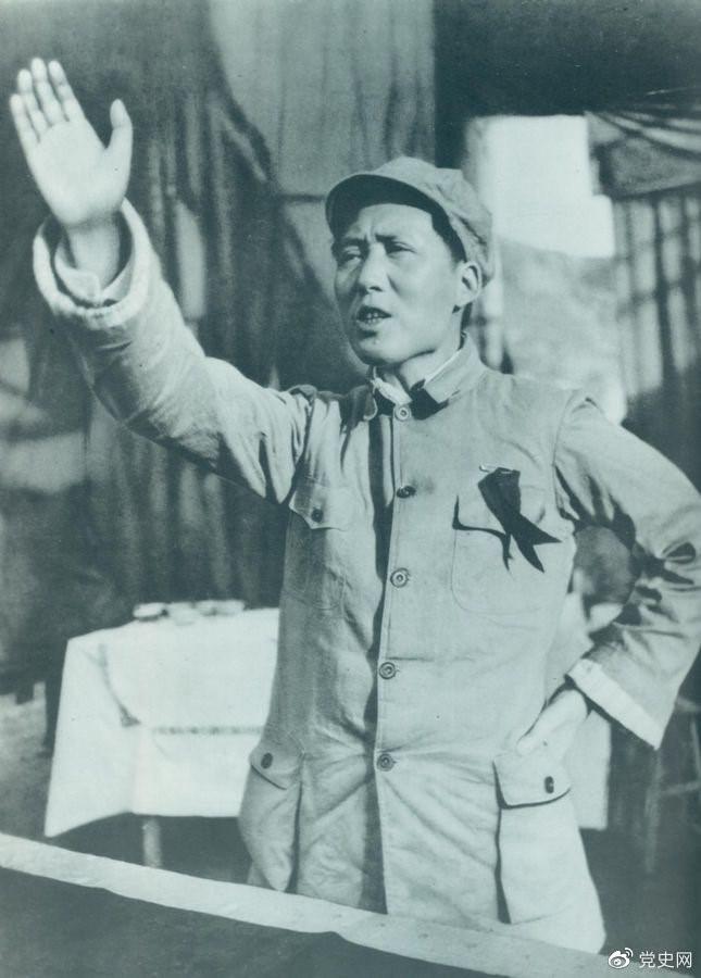 图为抗战初期的毛泽东。