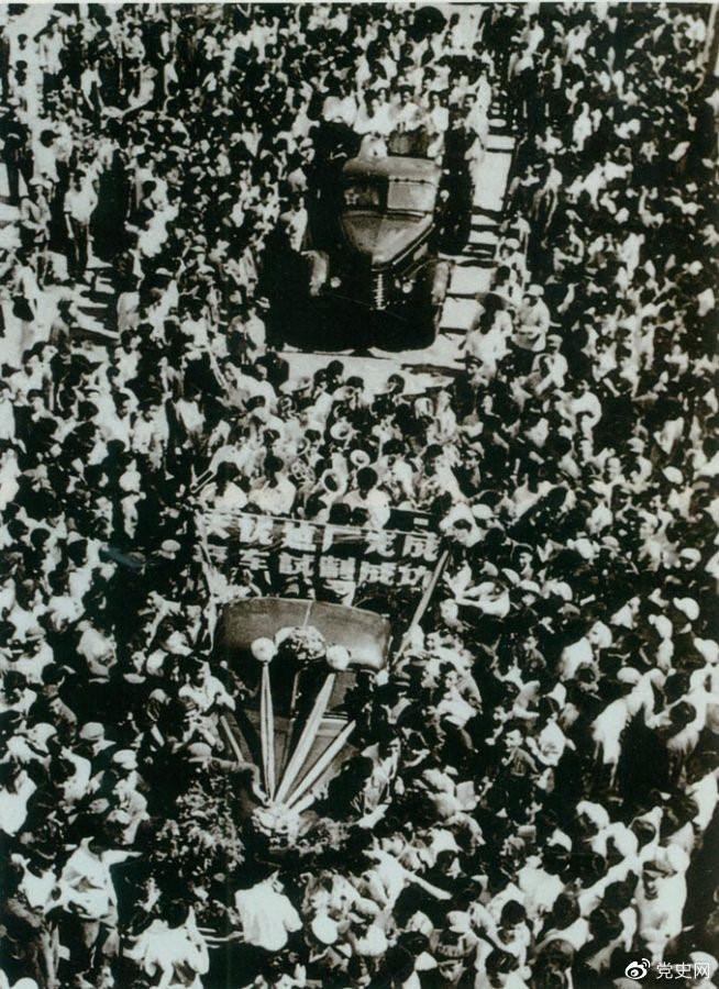 """1956年7月13日,第一批国产""""解放""""牌汽车在长春第一汽车制造厂试制成功,结束了中国不能制造汽车的历史。图为7月14日,""""解放""""牌汽车开下生产线。"""